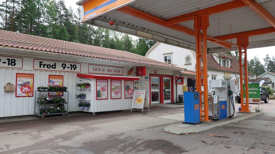 Granna e Kalmar. Tipica stazione di servizio completamente in legno.