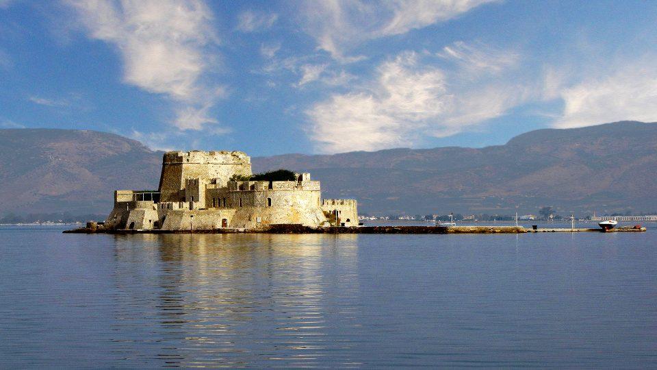 capitale della Grecia, situata nella regione dell'Argolide alla periferia del Peloponneso.