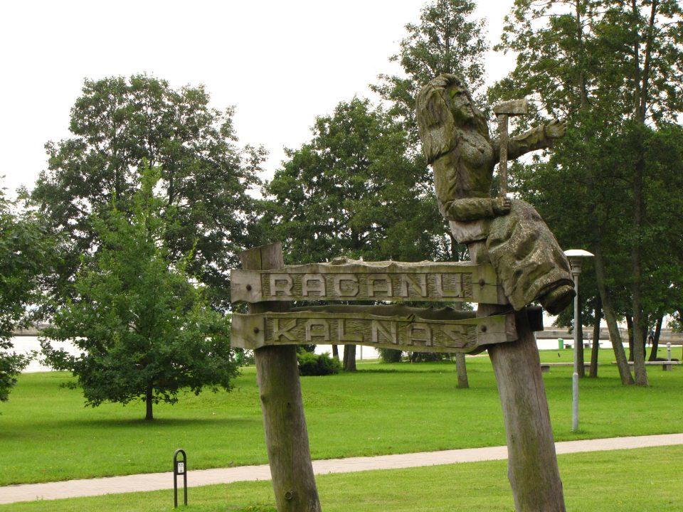 Raganu kalnas, Juodkrantè. La collina delle streghe collegata al paese da un sentiero disseminato da sculture in legno.