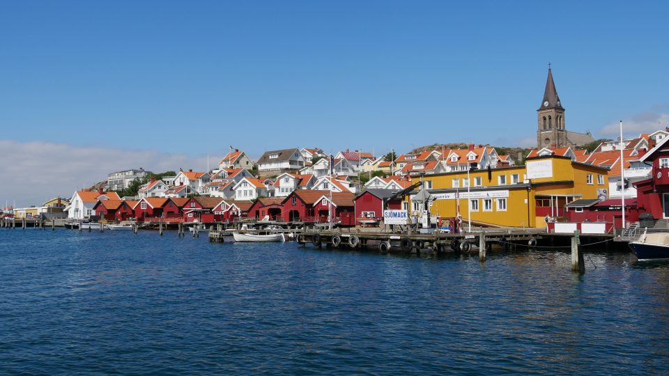 Fjallbacka. Costruzioni in legno lungo il porto, costituite da abitazioni, ricovero barche e vecchi magazzini dove una volta venivano essiccate le aringhe.