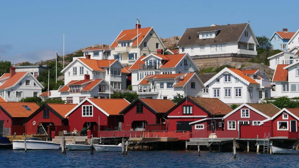 Fjallbacka. Baracche lungo il porto, una volta impiegate per l'essiccazione delle aringhe