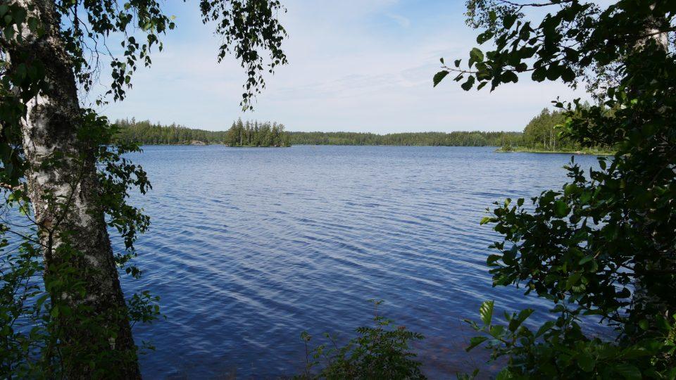Granna e Kalmar. Lago nella pianura svedese con sosta attrezzata per pic.nic, circondato da stupende foreste.