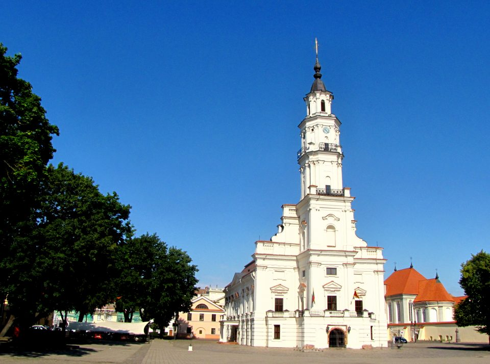 Kaunas. Municipio detto anche Cigno Bianco per il suo colore e la torre slanciata sulla facciata.