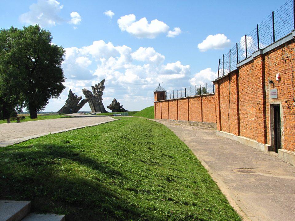 Kaunas. IX Forte, sullo sfondo monumento ai caduti del campo.