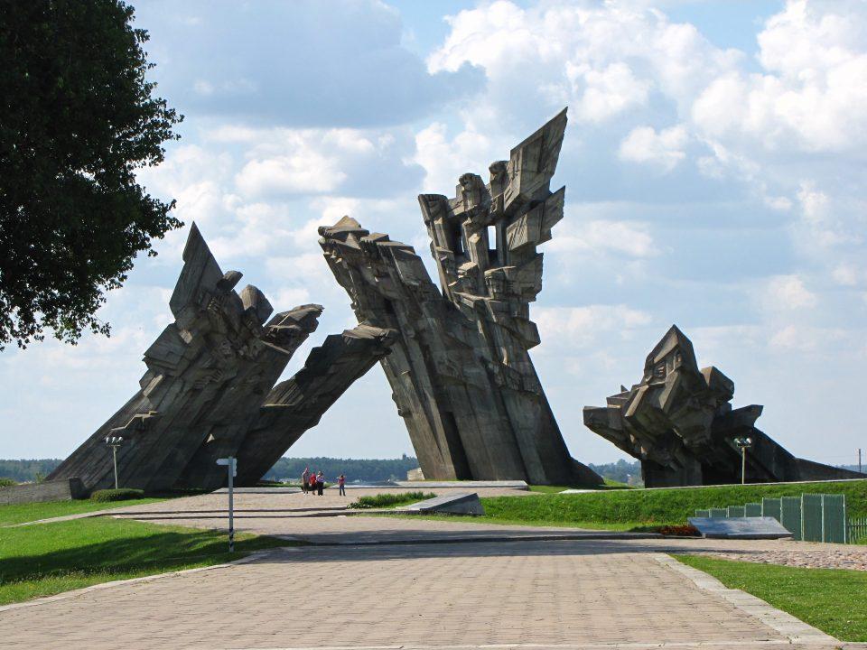 Kaunas. Monumento ai caduti del campo.