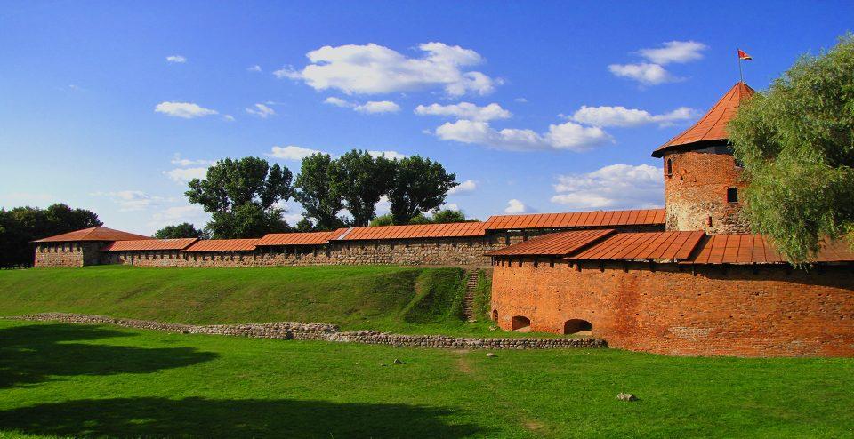 Kaunas. Il CAstello con la torre ed alcuni tratti delle mura.