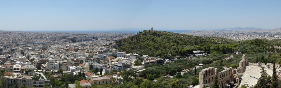 Atene. Panorama sulla città visto dalla collina dell'Acropoli, con il Lykavittos (collina dei lupi) sullo sfondo.