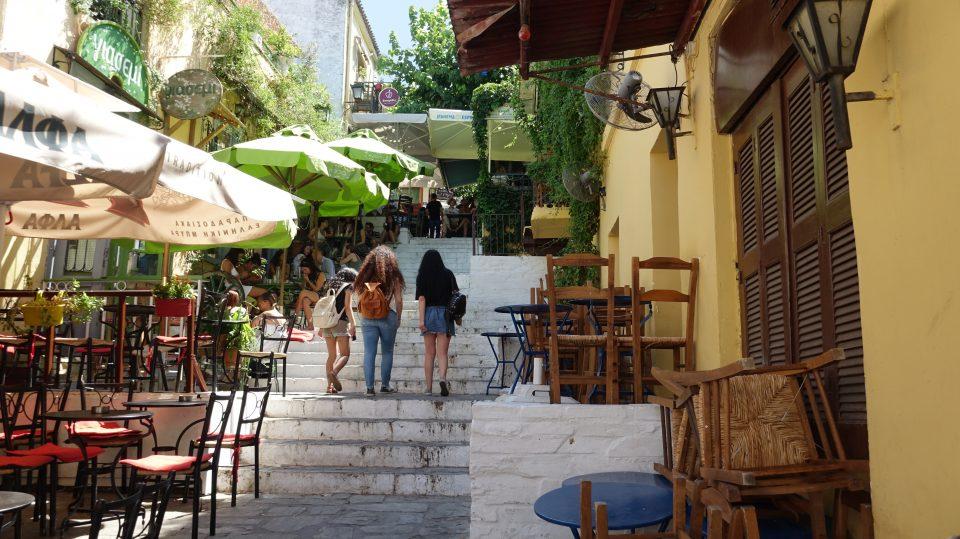 Atene. Ristoranti nella Plaka con le sue scalinate.