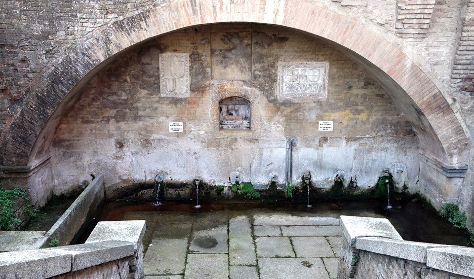 Castellarquato. Fontana del duca del 1295. vecchio lavatoio.