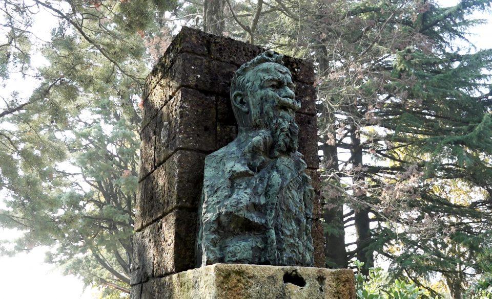 Castellarquato. Busto dedicato ad Illica il librettista di Giacomo Puccini.
