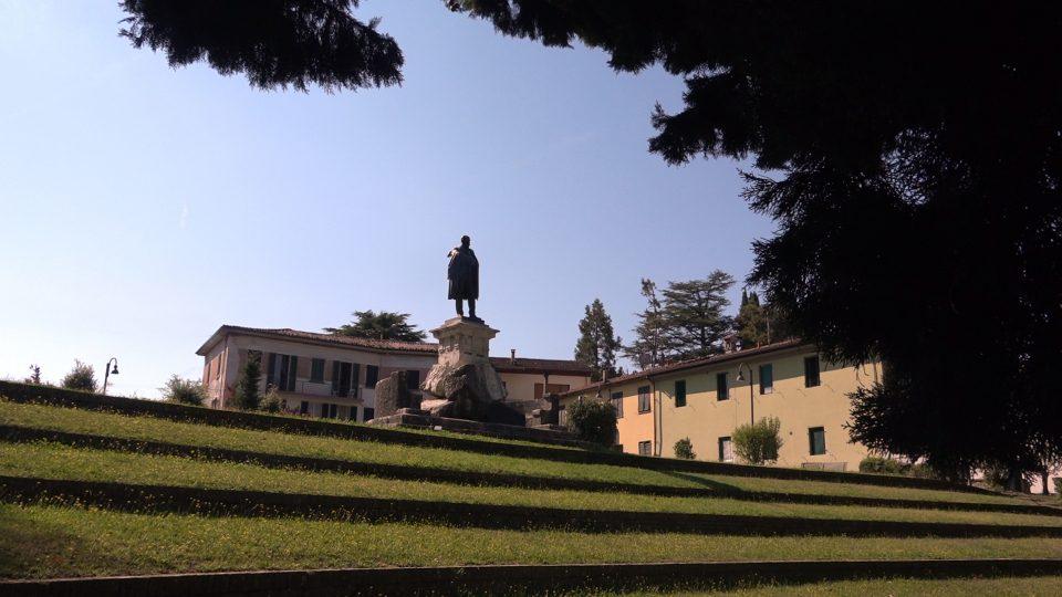 Barga. Monumento a Antonio Mordini, il garibaldino barghigiano.