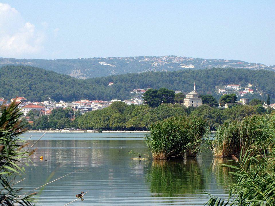 Ioannina. Vista sulla città dal lago Pamvotis.