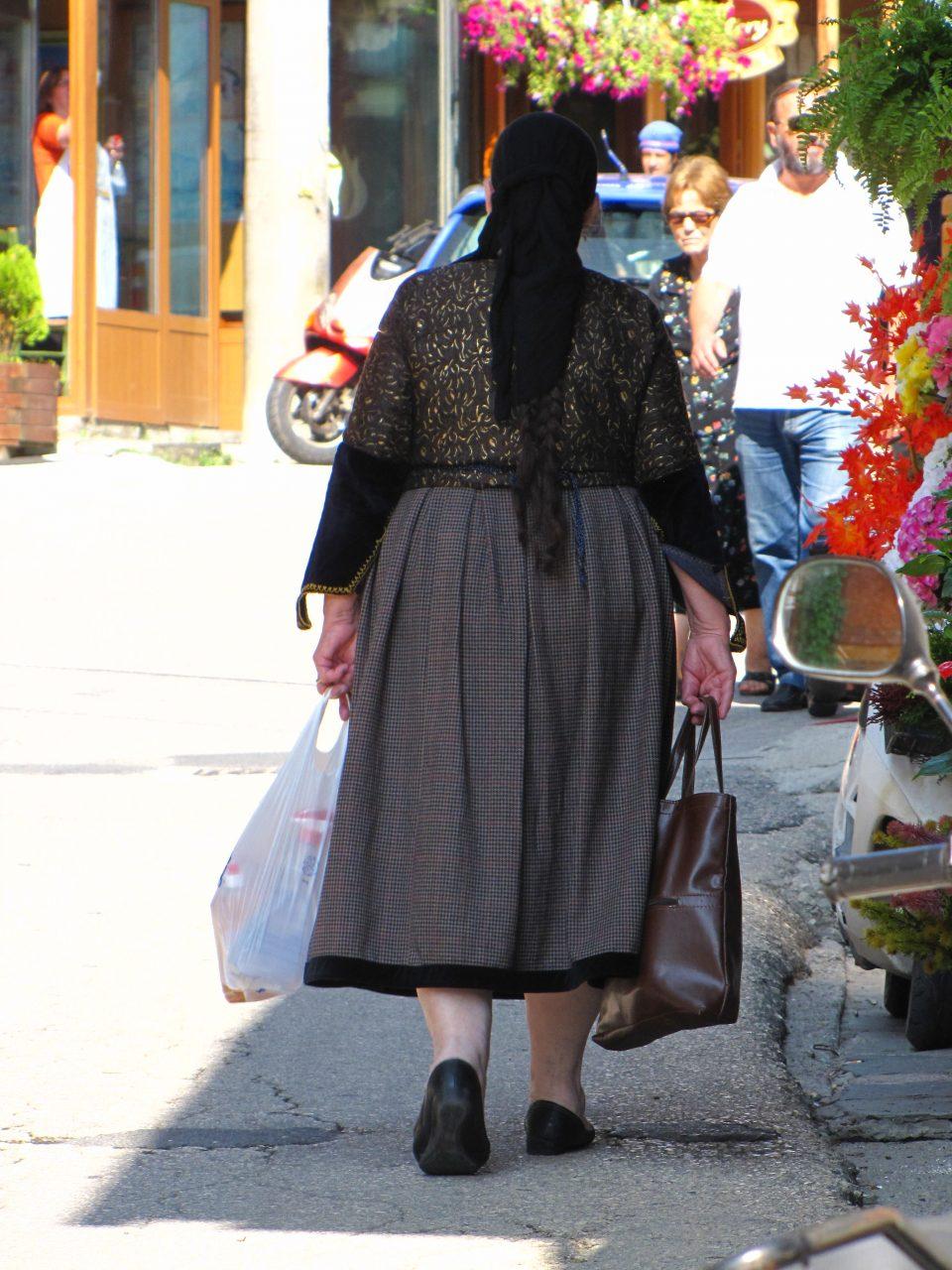 Ioannina. Donna in abiti tradizionali a Metsovo