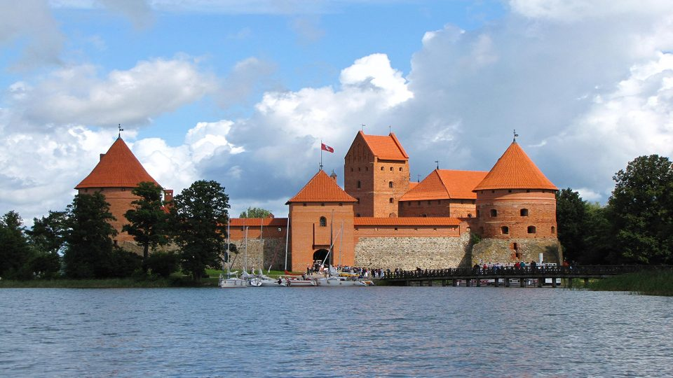 Trakai. Il castello visto dal litorale del paese.