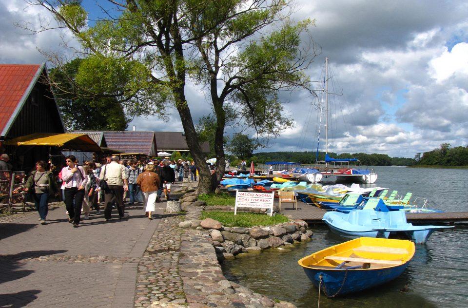 Trakai. Litorale del lago con bancarelle e caffè.