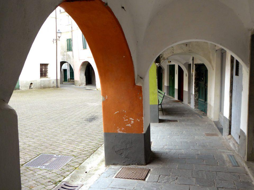 Varese Ligure. Portici all'interno del Borgo Rotondo.
