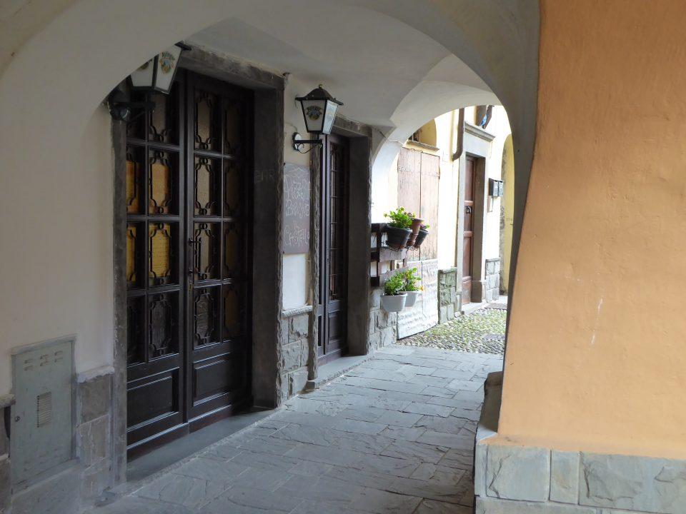 Varese Ligure. Portali in pietra.