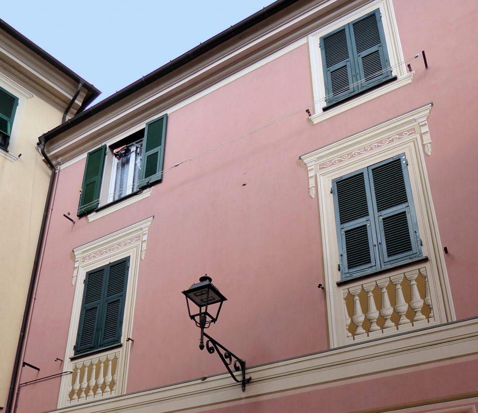 Varese Ligure.Particolare di facciata in rosa e decorata.