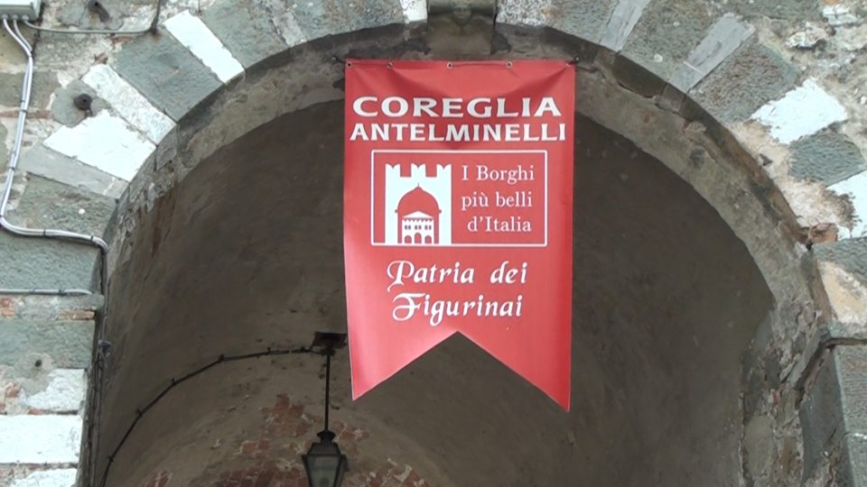 Coreglia. Stendardo dei Borghi più belli d'Italia, all'ingresso di una delle porte dio accesso.