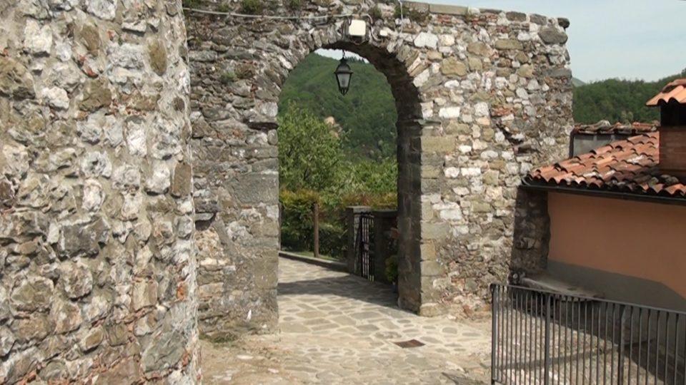 Coregli. Porta a ponte nella parte più alta del borgo.