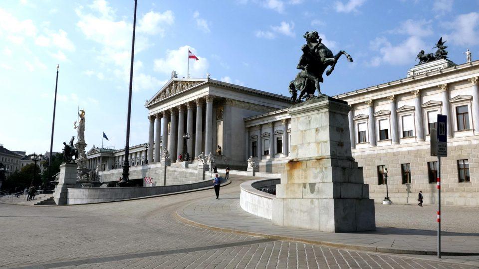 Vienna. Il grande e monumentale edificio del Parlamento.