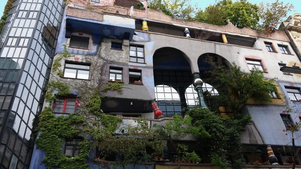 Vienna. Lo stravagante palazzo  Hundertwasserhause .