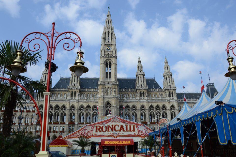 Vienna. Il Municipio con ikl vecchio e famoso circo Roncalli.