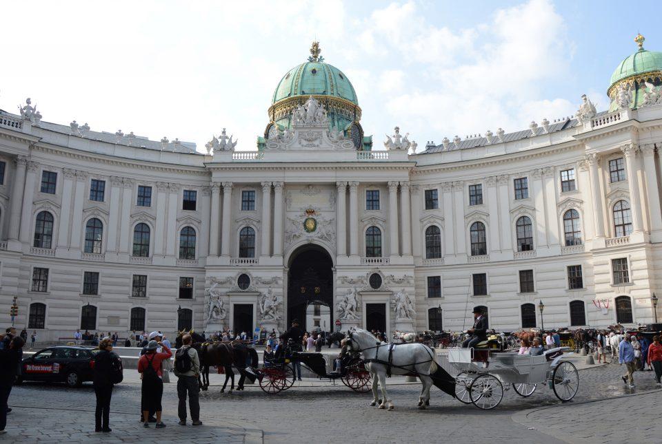 Vienna. La bela facciata del Michaelertrakt nella Michaelerplatz.