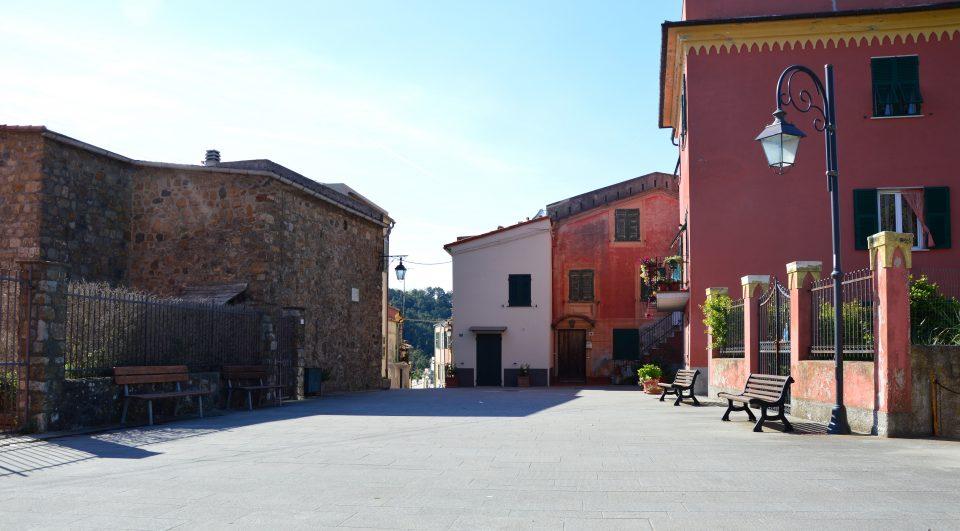 Framura. Piazzetta con accesso al borgo.