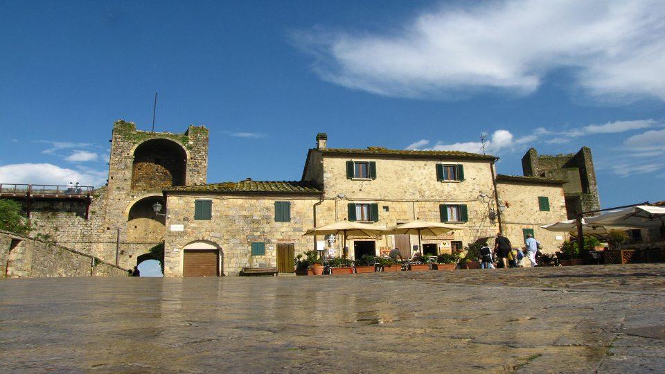 Monteriggioni. La grande piazza all'interno del borgo.