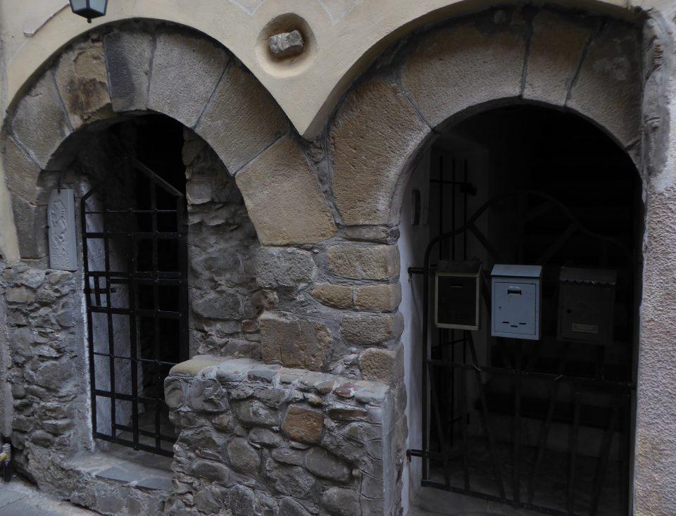 Brugnato. Particolare di porta con archi e resti di muri medievali