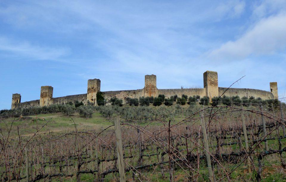 Monteriggioni. Vista del castello e delle torri dalla strada provinciale.