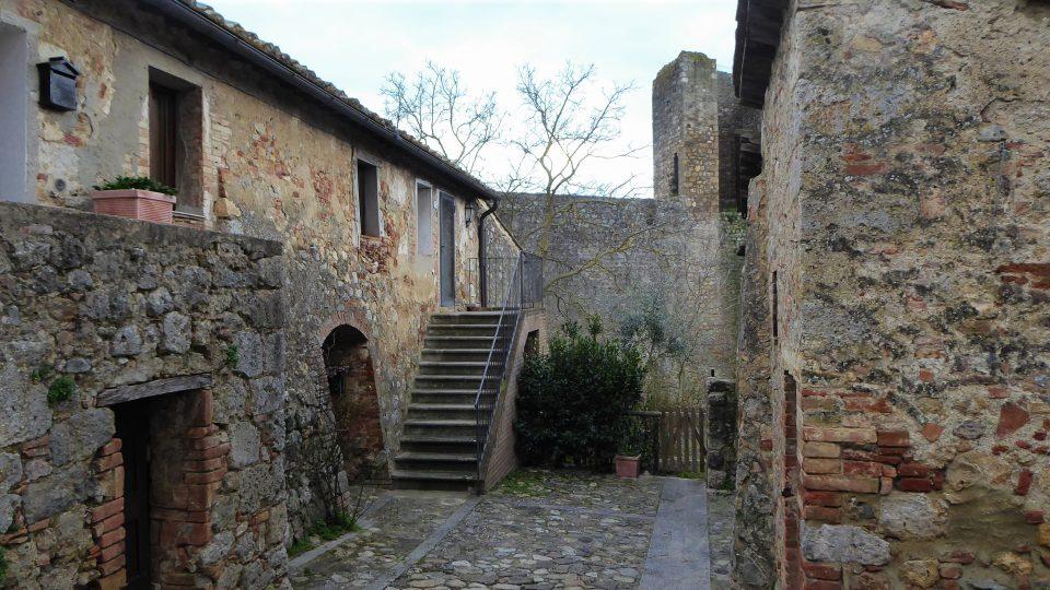 Monteriggioni. Tipiche case in pietra all'interno del borgo.