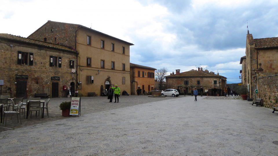 Monteriggioni. Il piazzale con ilo museo e l'ufficio del turismo.