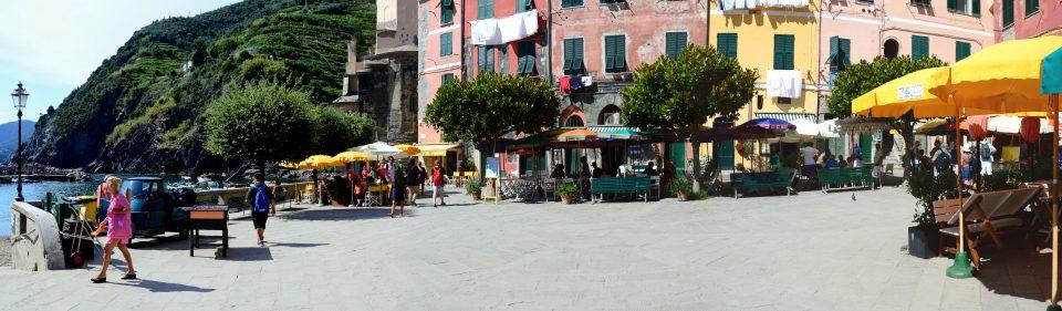 Vernazza. La piazza principale circondata da case variopinte.