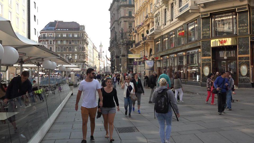 Vienna. Giovani nel Graben che animano la vita cittadina.