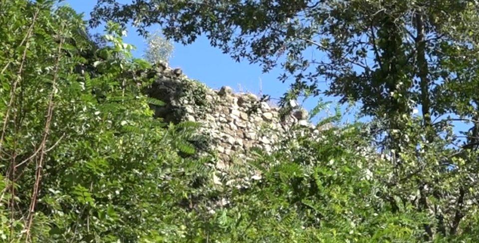 Pecsaglia. Mura del Castello.