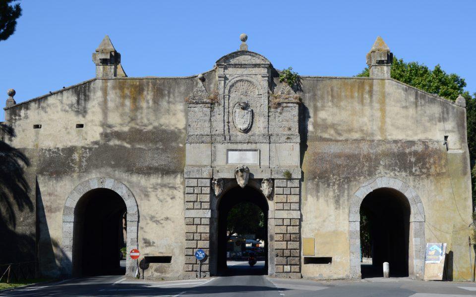 Orbetello. Porta Medinacoeli, il principale accesso al centro storico.
