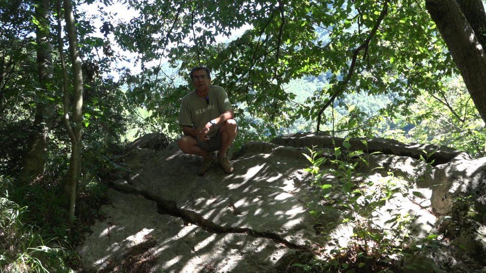 Pescaglia. Come appare la roccia contenente la Pila scavata dall'uomo.