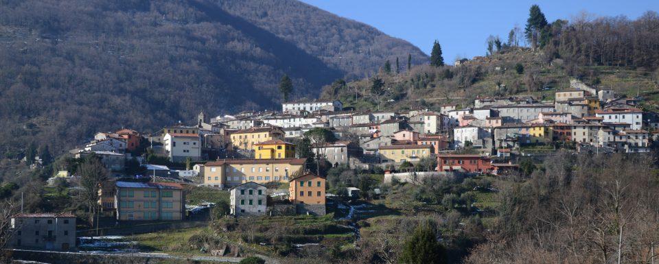 Pescaglia. Panoramo del borgo visto da Piazzanello.