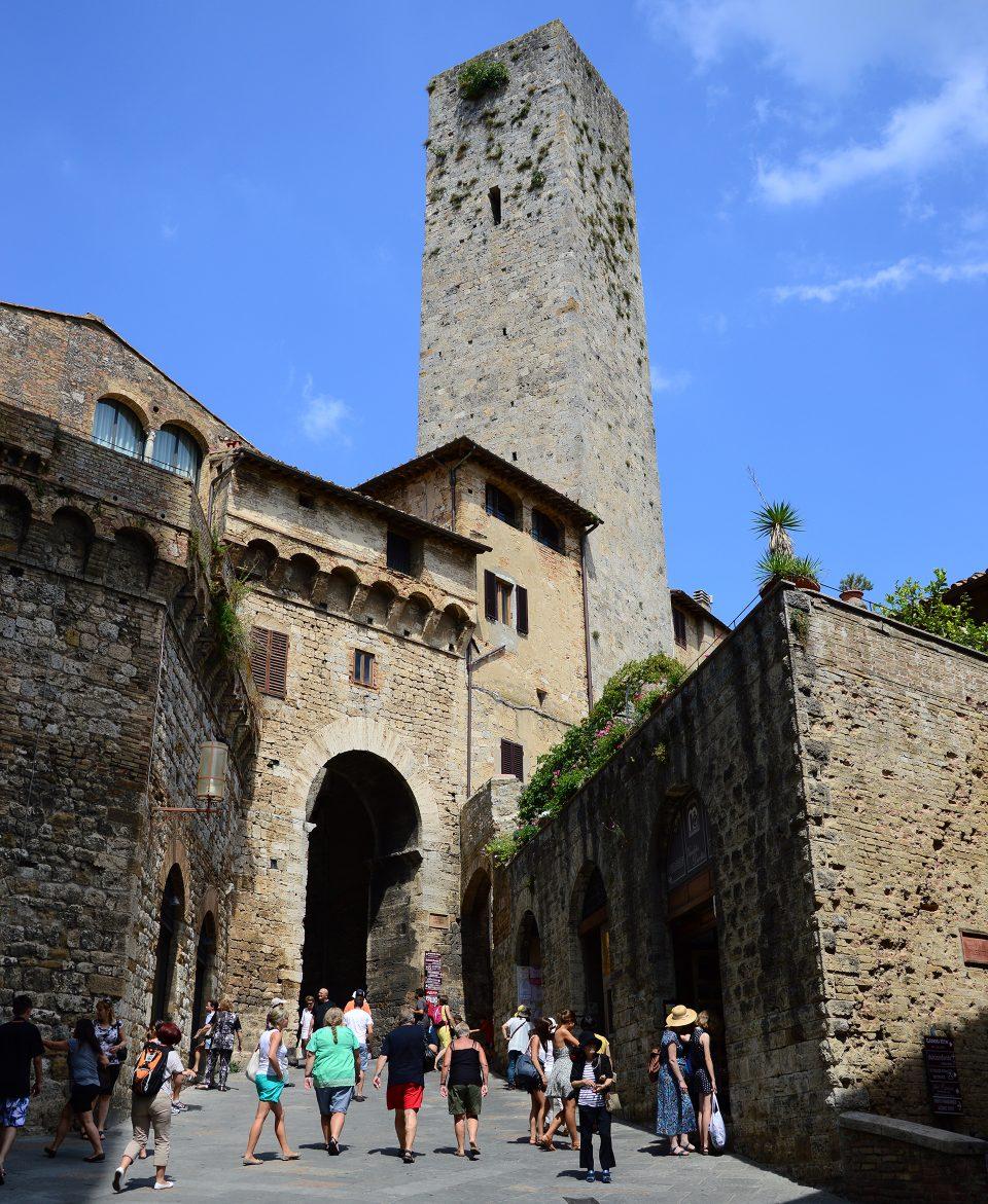 San Gimignano. Arco dei Becci che immette in piazza Cisterna.