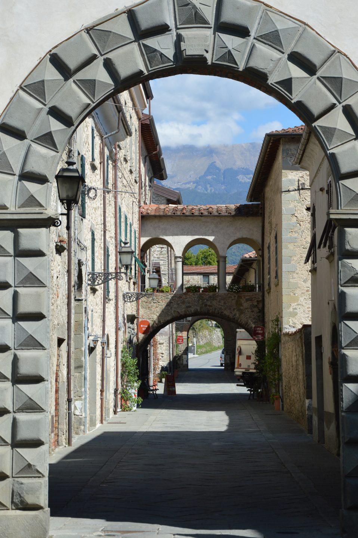 Filetto. Arco monumentale di Porta Ariberti, punto di accesso al borgo.