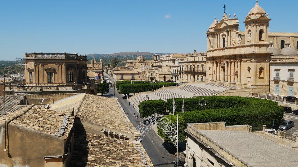Viaggio in Sicilia. Vista sul Corso Vittorio Emanuele, con la Cattedrale Barocca.