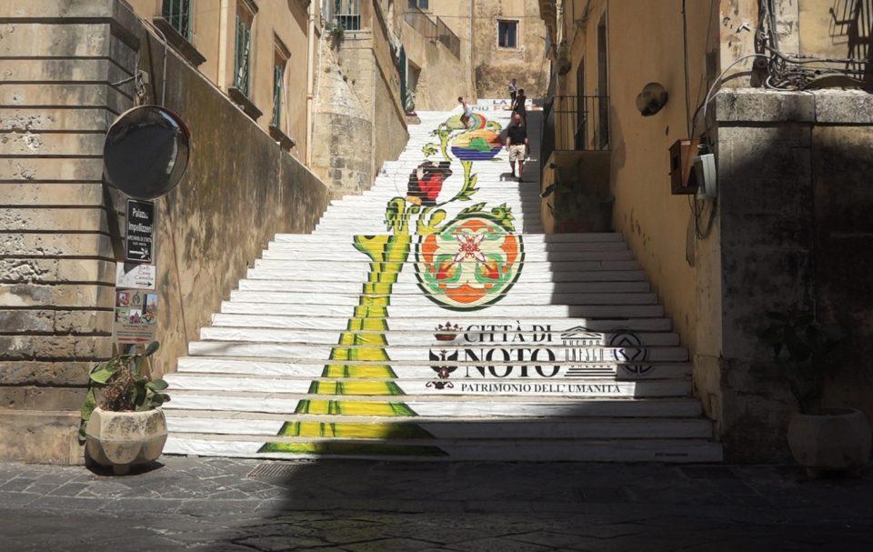 Noto. Particolare di una scalinata nel centro storico.