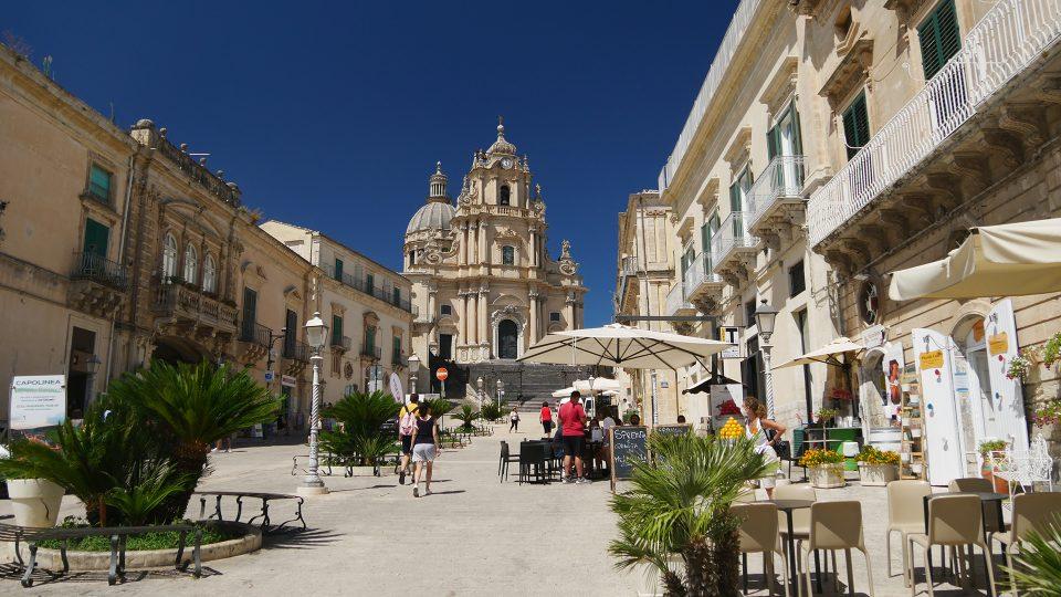 Viaggion in Sicilia. Ragusa Ibla, Vista sulla piazza del Duomo e la Cattedrale.