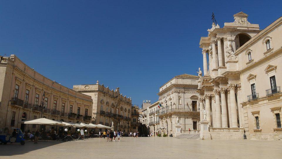 Viaggio in Sicilia. Siracusa, piazza del duomo.