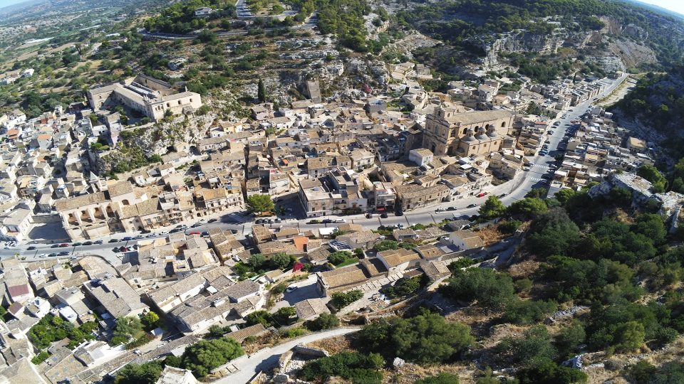 Viaggio in Sicilia. Oanorama su Scicli ripreso dal drone.