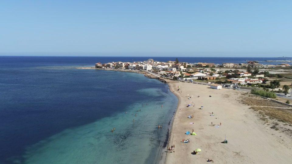 Marzamemi. Veduta dal drone della spiaggia fuori del borgo.