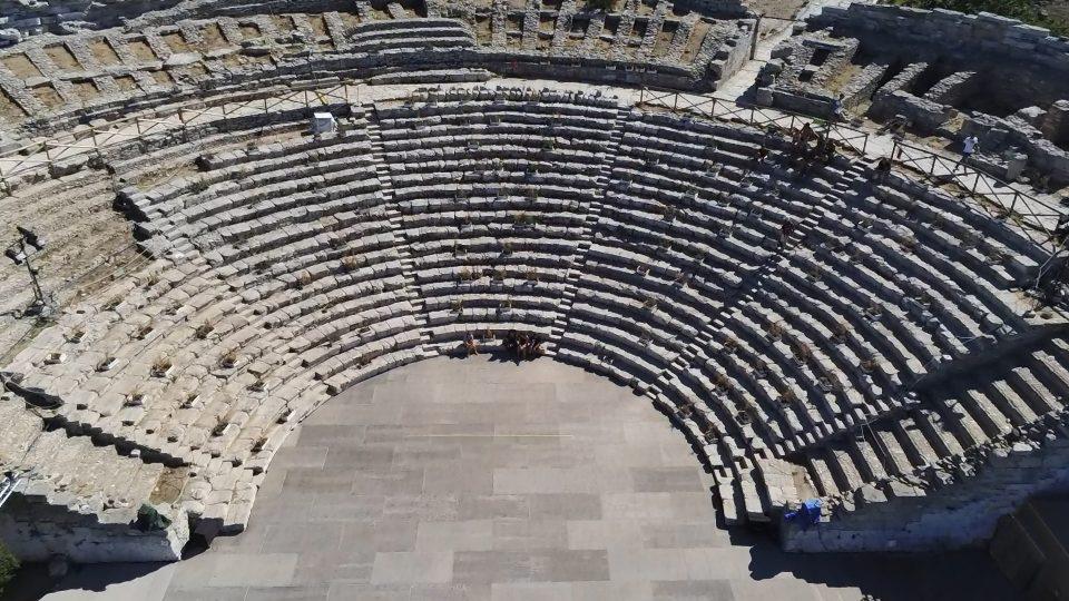 Castellamare e Segesta. Il teatro Antico visto dall'alto.