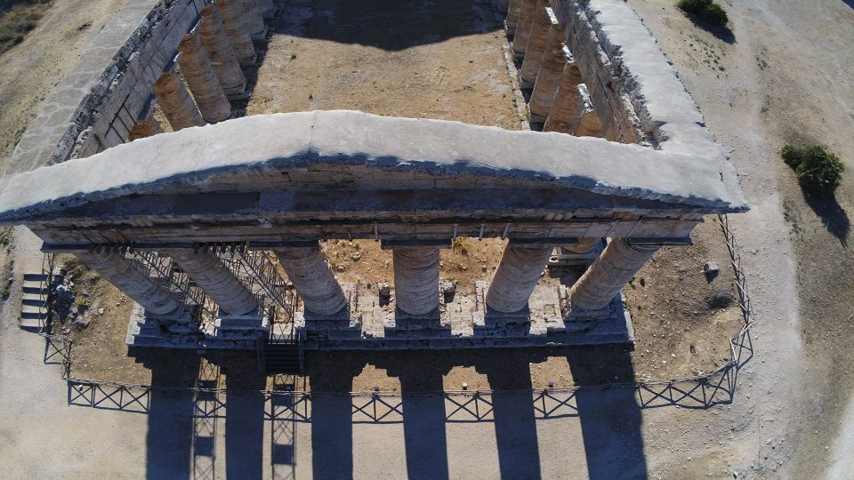 Castellammare e Segesta. Il tempio Dorico fotografato con il drone.